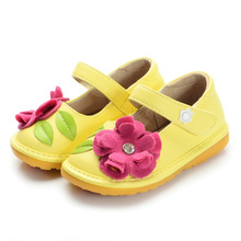 Gelbe Baby Squeaky Schuhe mit rosa Blume handgefertigt weich