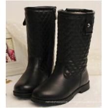 Los niños de los inviernos embroma los zapatos largos de los cargadores de la rodilla de la muchacha