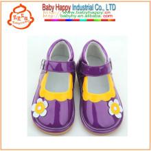 Zapatos lindos coloridos de los cabritos con los zapatos chillón al por mayor del sonido