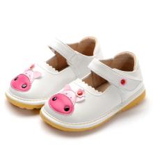 Weiße Baby-Kuh-quietschende Schuhe handgemachtes weiches