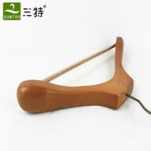 вешалка для одежды из массива дерева с противоскользящей планкой