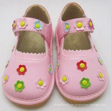 Rosa quietschende Schuhe mit kleinen Blumen