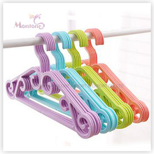 Ensemble de 5 cintres colorés en plastique PP