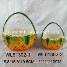 Красивая керамическая корзина для подарка в форме ананаса