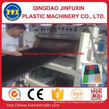 Estera plástica del suelo que hace la máquina