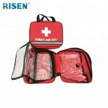 Vorbereitetes medizinisches Erste-Hilfe-Set mit reflektierendem Streifen für das Auto