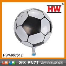 Los deportes del fútbol del muchacho usan el globo barato del helio