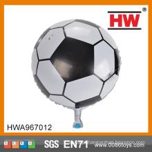 Os esportes do futebol do menino usam o balão barato do hélio