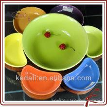 Цветное керамическое блюдо для сервировки с деревянными