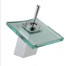 Torneira da bacia de vidro da cachoeira do banheiro