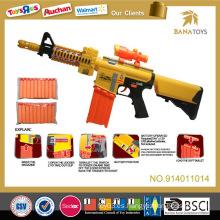 El niño caliente de la venta juega el arma suave de la bala del juguete suave del arma del aire