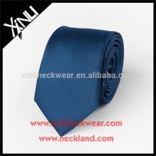 Projeto tecido feito a mão perfeito do nó 100% seu próprio laço de seda azul