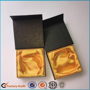 Preto de caixa de papel de pulseira com forro de cetim