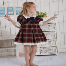 Girls Fall vintage porte sa robe à l'école