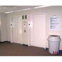 Sala de máquinas del hospital cama ascensor con chapa pintada