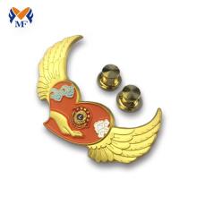 Insigne en épingle à motif aile en relief plaqué or
