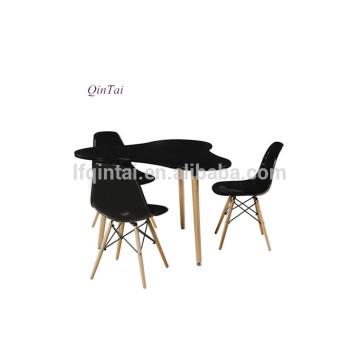 Mesa de centro de comedor de madera negra de forma irregular.