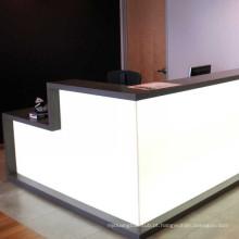 Mesa de recepção em forma de L com superfície sólida