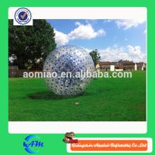 Azul puntos PVC inflable humano tamaño zorb bola sobre hierba
