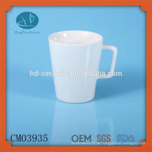 Feste weiße Kaffeetassen mit speziellem Griff