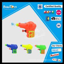 Niño jugando agua juguete imitación de plástico pistola de juguete