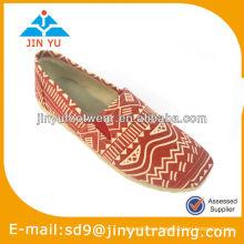 Zapatos hermosos anaranjados de las señoras