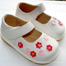 Lovely White Kleine rosa Blumen Baby Quietschen Schuhe