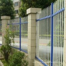 valla de aluminio horizontal cerca de la cancha de tenis