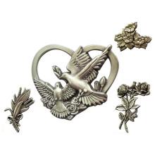 Décoration faite sur commande en métal de cercueil en forme de coeur rose