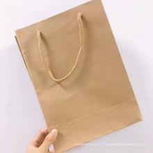 Maneja una bolsa de papel Kraft marrón con logotipo impreso