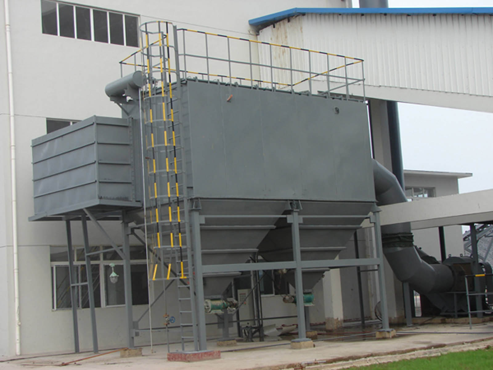 Bag type dust remover in cement silo