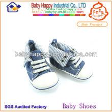 Le dernier design à la mode des chaussures en denim bébé