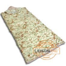 Военные спальный мешок принимает полиэстера или нейлона для слоя и общие наполнитель является полиэстер