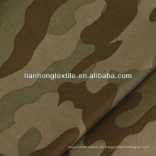 Stoff mit Camouflage-Print