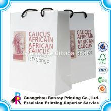 El logotipo personalizado imprimió la bolsa de papel decorativa del regalo con las manijas venden al por mayor Recycle Luxury