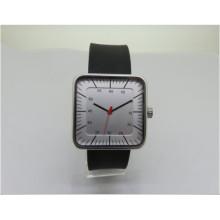 La mujer mira reloj de señora reloj de pulsera con correa de cuero de aleación