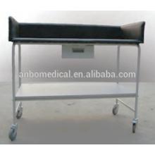 Bebé de hospital con mesa y mesa