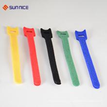 Gancho ajustable y lazo que sujetan las ataduras de cables de nylon