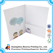 Фавориты сравнивают 2-карманных бумажных папок с печатным рисунком, разных цветов,