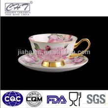 Фарфоровая кофейная чашка с чашкой зеленого чая и блюдцем