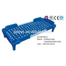 Детская недорогая пластмассовая кровать для детского сада
