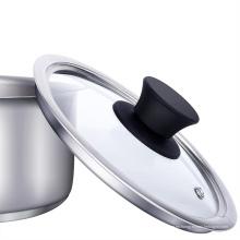 Cacerola de leche hirviendo el uso de la cocina de inducción de leche