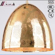 Simple colgante redondo con luz dorada y comedor