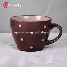 Маленькая дешевая керамическая чашка для молока с пятнами