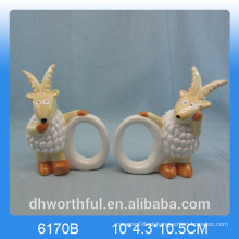 Elegante anel de guardanapo de papel cerâmico com estatueta de cabra