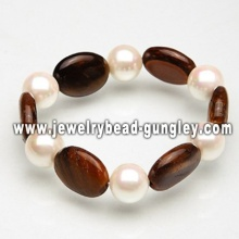 Women pearl bracelet with brown stone