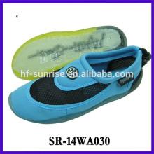 Los hombres de la manera impermeabilizan los zapatos de la playa caminan en los zapatos del agua zapatos de la playa de la aguamarina