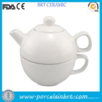 Té blanco simple para una tetera de cerámica con taza