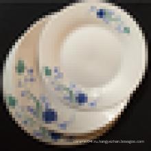 простая белая фарфоровая тарелка