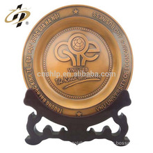 Die casting antique custom home wedding decorative return gifts metal souvenir plates with wooden holder